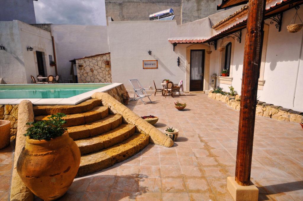 Cortile piscina 1