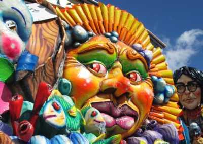 """Il Carnevale di Avola si caratterizza come uno degli eventi più seguiti nella Sicilia orientale per le manifestazioni carnascialesche. La festa vede ogni anno la sfilata di Re Carnevale per le vie della città seguito dalla Banda di Avola, e per tutto il periodo manifestazioni sportive, la parata di carri allegorici, infiorati e di gruppi mascherati, artisti e musici di strada, pagliacci e burloni, momenti di animazione per i più piccoli, discoteca e musica in piazza, unendo momenti di svago a momenti di cultura, e grazie all'impegno delle locali associazioni e dell'amministrazione comunale, la partecipazione, ogni anno, di nomi importanti del parterre musicale nazionale ed internazionale che riempiono le vie della città dell'esagono. Il Sindaco Luca Cannata e l'Assessore alle Politiche Sportive e allo Spettacolo Luciano Bellomo, quest'anno, tentano il rilancio, stavolta con un'importante budget, rispetto al 2018, ricevuto dal Ministero per i Beni e le Attività Culturali, che, attraverso una graduatoria pubblicata dal Mibact, ha riconosciuto le antiche tradizioni del Carnevale di Avola al pari di altri carnevali storici nazionali, come Putignano, Ivrea e Viareggio. Oltre alla storica sfida tra i nostri maestri artigiani carristi con le loro maestose opere allegoriche di cartapesta e infiorati, il carnevale avolese si arricchisce con nuove iniziative: come il primo concorso rivolto agli alunni delle scuole medie inferiori e superiori, dove gli studenti dovranno realizzare un'opera artistico-letteraria, che rappresenti al meglio l'identità storica del carnevale del nostro paese. Inoltre, non mancheranno altri appuntamenti, ormai entrati nella tradizione, e che hanno riscosso un notevole successo nelle scorse edizioni, come il concorso a premi per i """"mini carri allegorici"""", il concorso della maschera più bella, la mostra fotografica storica e la mostra degli abiti tradizionali del carnevale avolese. Insomma, le premesse per un'altra edizione """"da record"""" di certo non man"""