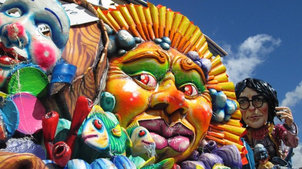 """Il Carnevale di Avola si caratterizza come uno degli eventi più seguiti nella Sicilia orientale per le manifestazioni carnascialesche. La festa vede ogni anno la sfilata di Re Carnevale per le vie della città seguito dalla Banda di Avola, e per tutto il periodo manifestazioni sportive, la parata di carri allegorici, infiorati e di gruppi mascherati, artisti e musici di strada, pagliacci e burloni, momenti di animazione per i più piccoli, discoteca e musica in piazza, unendo momenti di svago a momenti di cultura, e grazie all'impegno delle locali associazioni e dell'amministrazione comunale, la partecipazione, ogni anno, di nomi importanti del parterre musicale nazionale ed internazionale che riempiono le vie della città dell'esagono. Il Sindaco Luca Cannata e l'Assessore alle Politiche Sportive e allo Spettacolo Luciano Bellomo, quest'anno, tentano il rilancio, stavolta con un'importante budget, rispetto al 2018,  ricevuto dal Ministero per i Beni e le Attività Culturali, che, attraverso una graduatoria pubblicata dal Mibact, ha riconosciuto le antiche tradizioni del Carnevale di Avola al pari di altri carnevali storici nazionali, come Putignano, Ivrea e Viareggio. Oltre alla storica sfida tra i nostri maestri artigiani carristi con le loro maestose opere allegoriche di cartapesta e infiorati, il carnevale avolese si arricchisce con nuove iniziative: come il primo concorso rivolto agli alunni delle scuole medie inferiori e superiori, dove gli studenti dovranno realizzare un'opera artistico-letteraria, che rappresenti al meglio l'identità storica del carnevale del nostro paese. Inoltre, non mancheranno altri appuntamenti, ormai entrati nella tradizione, e che hanno riscosso un notevole successo nelle scorse edizioni, come il concorso a premi per i """"mini carri allegorici"""", il concorso della maschera più bella, la mostra fotografica storica e la mostra degli abiti tradizionali del carnevale avolese. Insomma, le premesse per un'altra edizione """"da record"""" di certo non ma"""